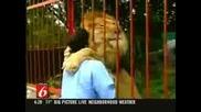 ! Лъв Прегръща И Целува Осиновителката Си