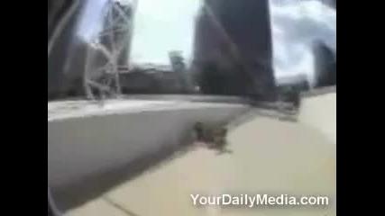 Идиот се запознава отблизо с тротоара !