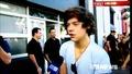 One Direction - Луи прекъсва Хари по време на интервю