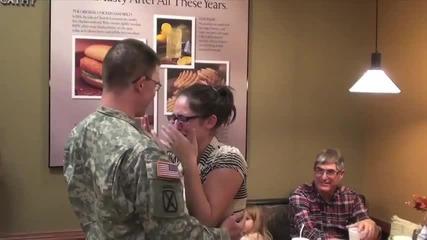 Войник изненадва съпругата си със завръщането си от мисия