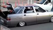 Кола с ниско окачване на легнал полицай