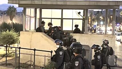 East Jerusalem: Clashes erupt between Palestinians and Israeli police at Damascus Gate