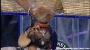 Гинес рекорд за чупене на кокосови орехи, върху глава! Гледайте за какво става въпрос!