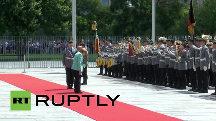 Germany: Merkel welcomes Kosovan PM Mustafa with military honours