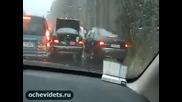 Нервак с бата се опитва да даде урок на нагъл шофьор