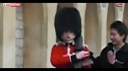 Гвардеец на Кралицата изплаши нахален турист, че ще го застреля