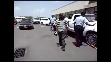 Пич си сваля скобата пред полицай
