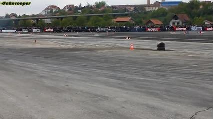 Chochone кърти пистата