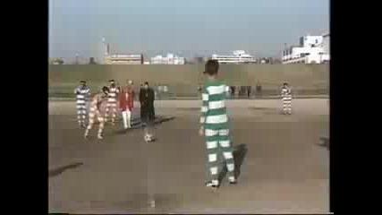 Японци Играя Футбол През Бинокли