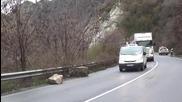 Огромен скален къс падна на пътя при Кресненското дефиле