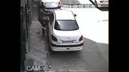 Автоапаш разпра с голи ръце врата на кола като Херкулес!