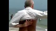 Пиян на плажа се облича:)))