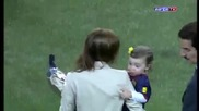 Иниеста показва наградата си на Камп Ноу преди мача с Валенсия