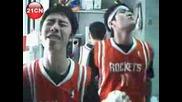 Двама Китайци Пеят