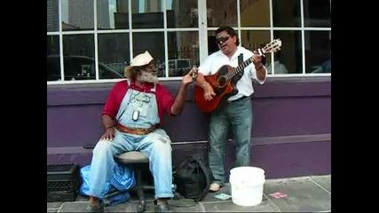 Улични музиканти пеят Only You (grandpa Elliot & Oscar Castro)