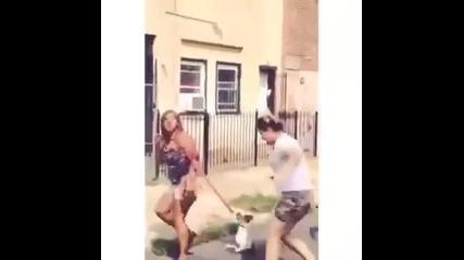 Да удариш човек с кучето си