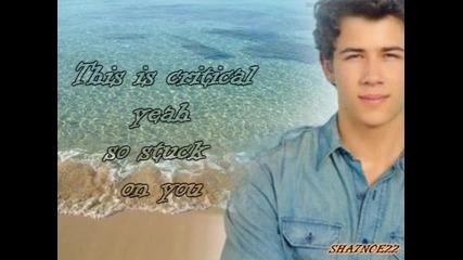 *цяла песен* Jonas Brothers - Critical + Lyrics - Jonas La