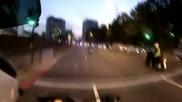 Реакцията на моторизиран полицай след като жена потегля на червен светофар