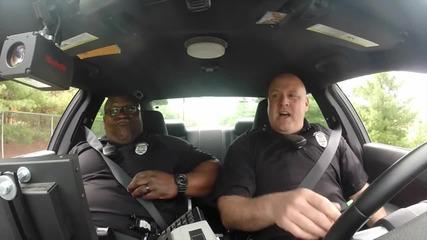 Полицаи пеят любимите си песни в кола
