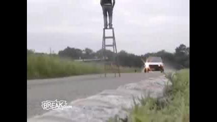 Кола блъска стълба върхо която има човек ...