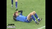 Футболист хвърля тъч със салто и нокаутира друг играч - Смях -
