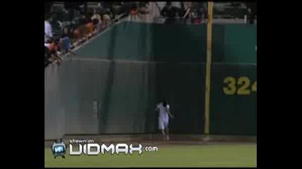 Страхотно Изпълнение На Момиче По Време Baseball Мач !
