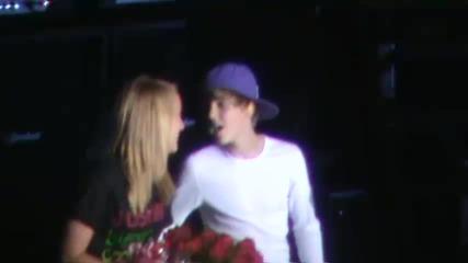 Фенка се опита да целуне Justin Bieber.. амаа слабо.. ;d