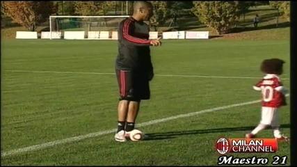 Вижте как Робиньо дава урок по футбол на 3-годишния си син