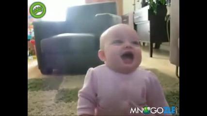 Сладко бебе се скъсва от смях