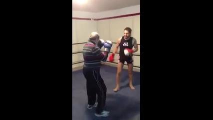 Така става като подцениш боксьор от Старата школа!