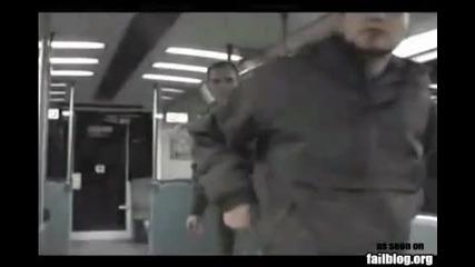 Свалят гащите на мъж в метрото