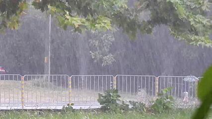 Пороен дъжд и бурен вятър за кратко над Разград!