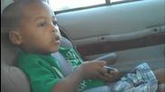 Две годишно дете играе на музиката на Michael Jakson