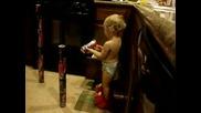 2 - Годишно Бебе Подрежда Кутйки По Начин!