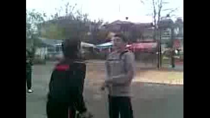 луд удря железата и го целят с топка