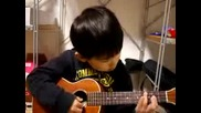 5 годишно дете свири на китара и се опитва да пее!