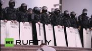 Молдова: Полицията формира човешки щит пред парламента в Кишинев