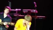 Джъстин изненадва Сели на концерта и