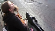Уличен музикант показва завидни умения