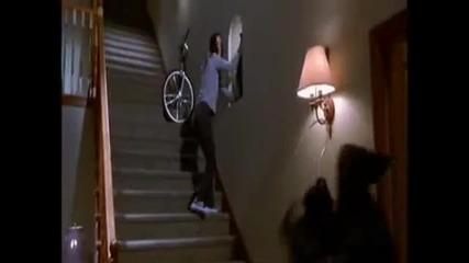 Криеница с убиеца - сцена от Scary movie (много смях)