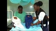 Кръстиха новородени близнаци в Кения Барак Обама и Мит Ромни