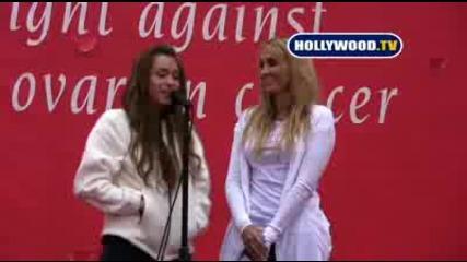 Майли и майка й говорят за рака на гърдата