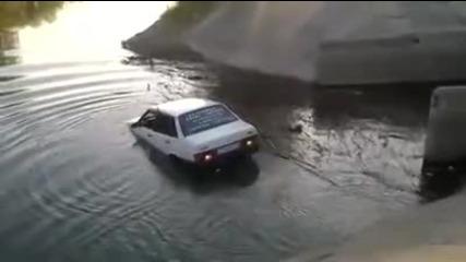 Идиот влиза с кола в река