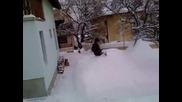 Скачане в снега от втория етаж