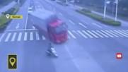 Преобърна камиона за да спаси моториста