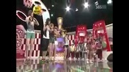 Много малко японски момиче танцува