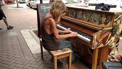 Бездомен мъж сяда зад пианото и започна да свири. Секунди по-късно той изумява местните минувачи