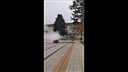 """От """"Моята новина"""": Мъж запали колата си пред Община Враца"""