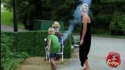 Дете взривява дядо в парка - Скрита камера