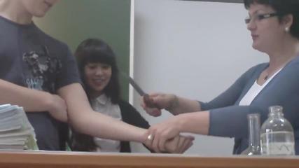 Учителка по химия реже ученик с нож